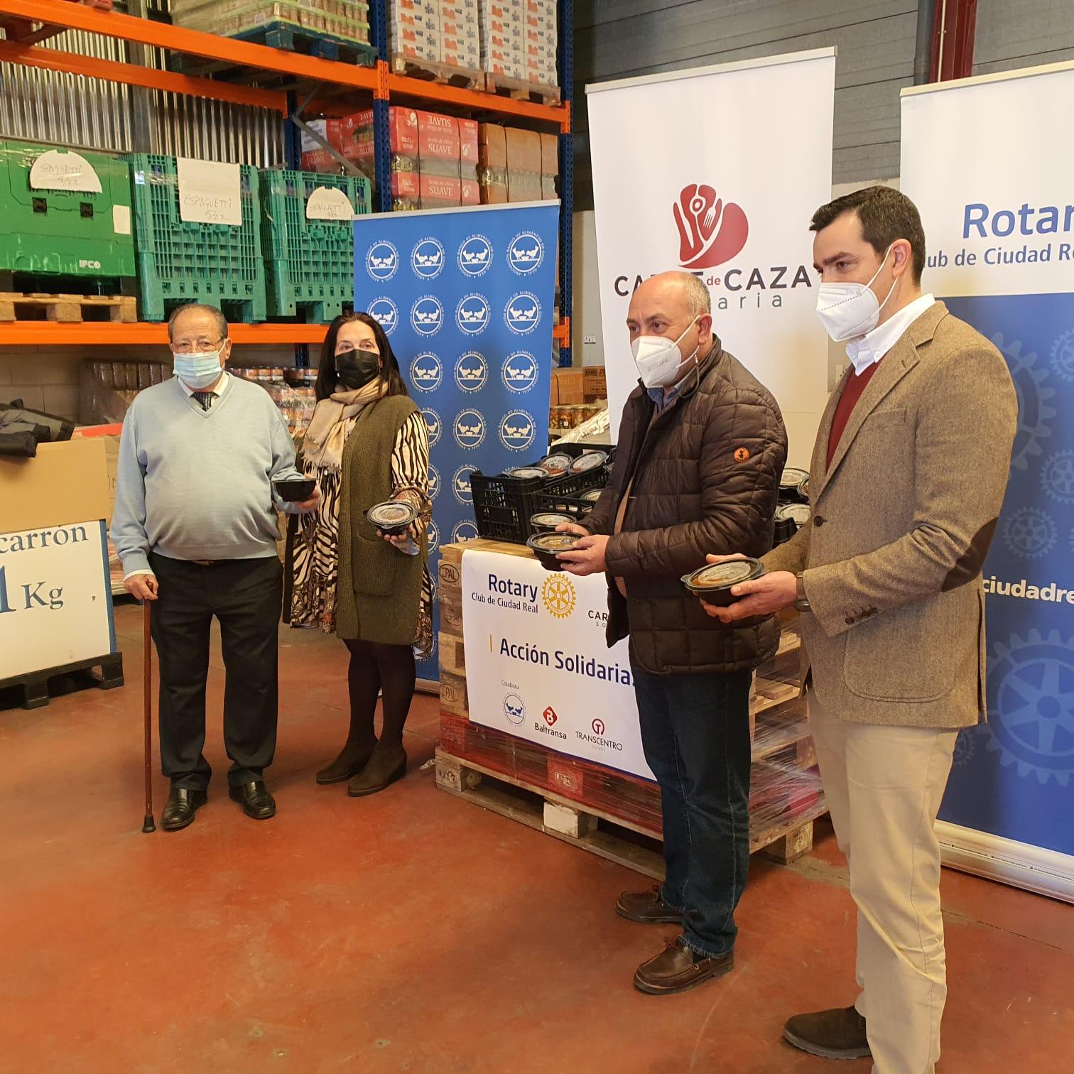 entrega raciones de comida con carne de caza, presidenta Club, presidente Banco Alimentos y representantes de la campaña Carne de Caza Solidaria
