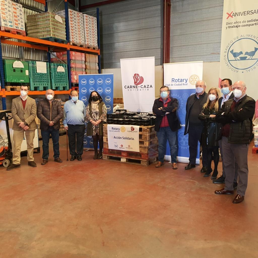 foto de grupo, entrega raciones de comida del Club Rotario al Banco de Alimentos